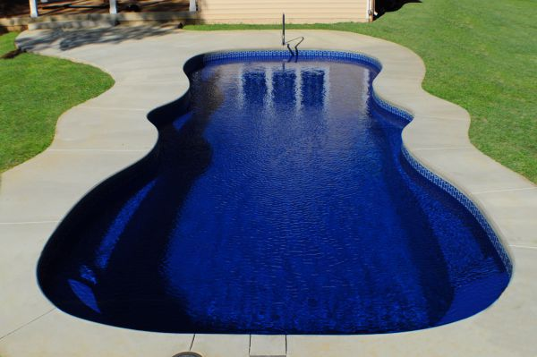 Underground vs aboveground pools costs and comparisons - Concrete swimming pools vs fiberglass ...