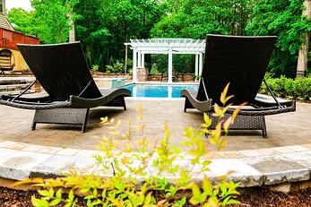 Swimming pool design guide - how to choose the size of your pool (G36 rectangular pool with lawn chairs and a pergola)