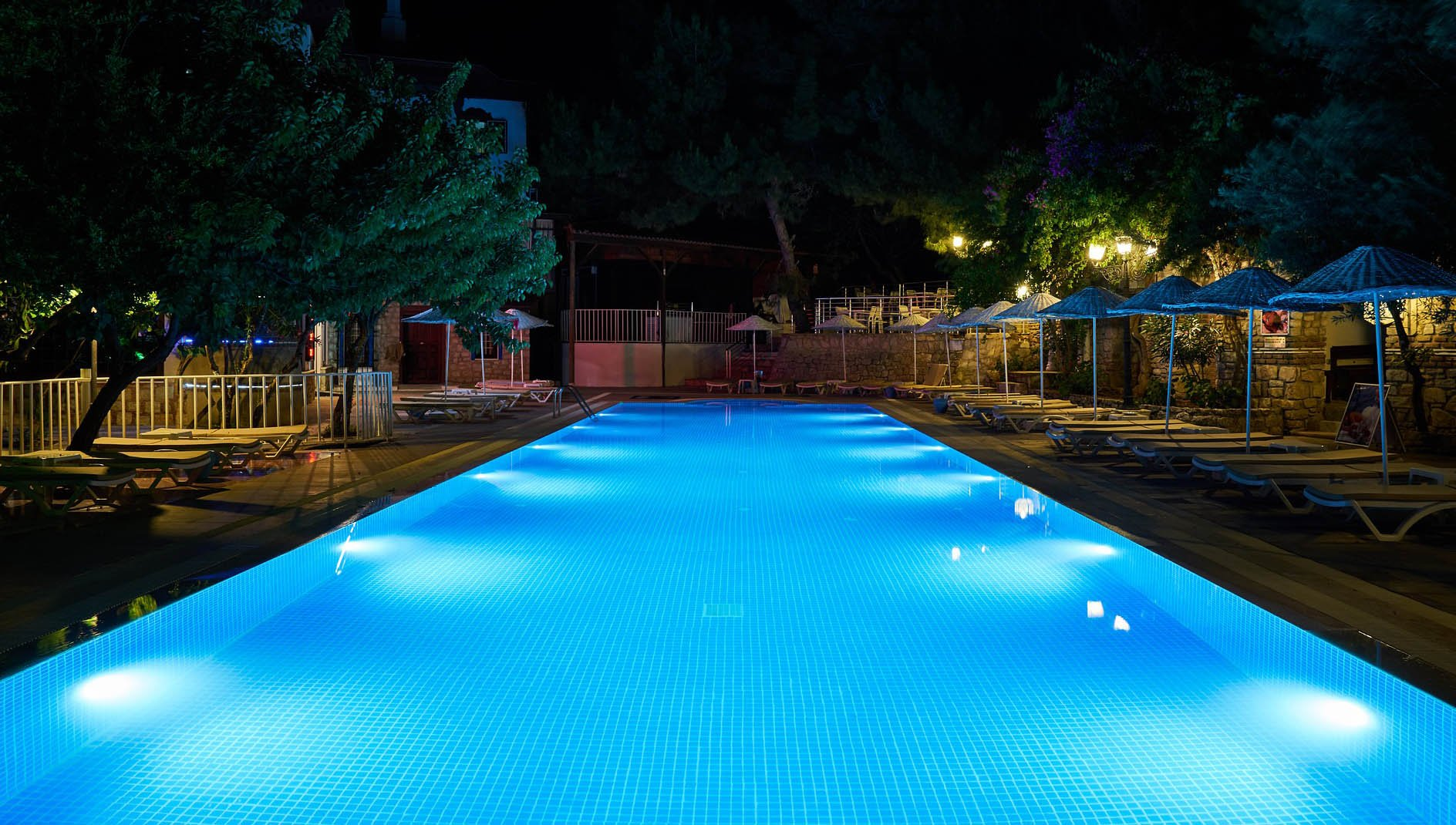 The 11 Best Swimming Pool Lights For 2021 (and 2022)